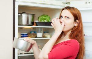 Как убрать неприятный запах из холодильника?