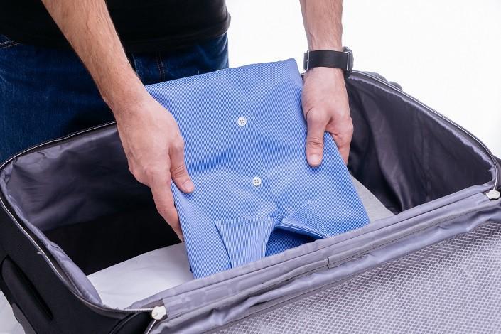 Как сложить рубашку в чемодан, чтобы она не помялась?