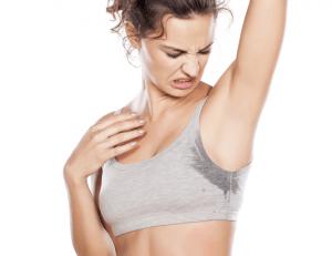 Как избавиться от запаха пота на одежде под мышками?