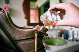 Как избавиться от запаха в обуви быстро?