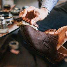 Как почистить замшевую обувь?