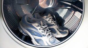 Как постирать кроссовки в стиральной машине?