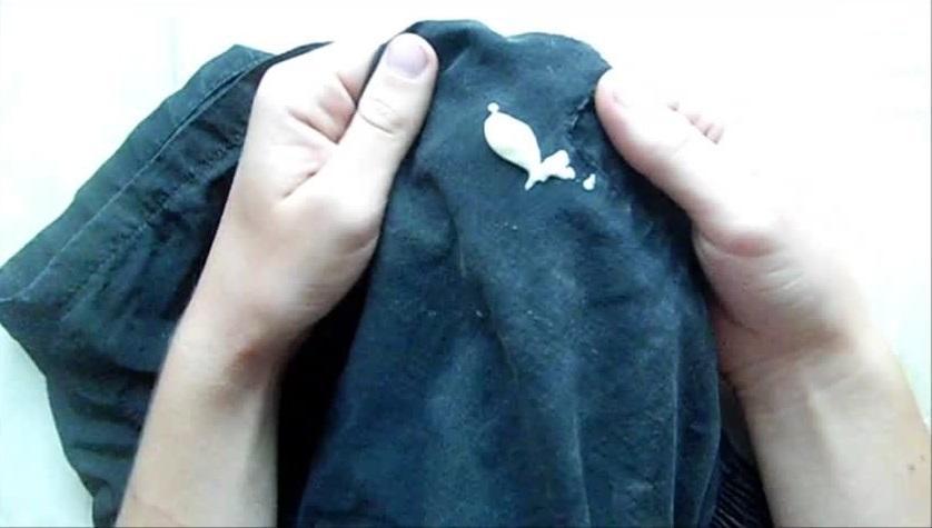 Чем удалить засохшую монтажную пену с одежды?