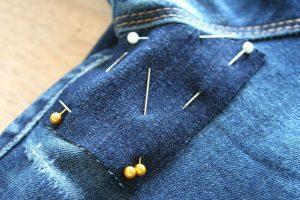 Как сделать заплатку на протертых джинсах между ног?