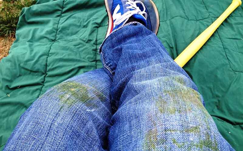 Как отстирать траву с белой или цветной одежды?