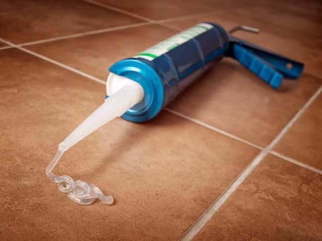 Чем отмыть старый силиконовый герметик с плитки или кафеля в ванной?