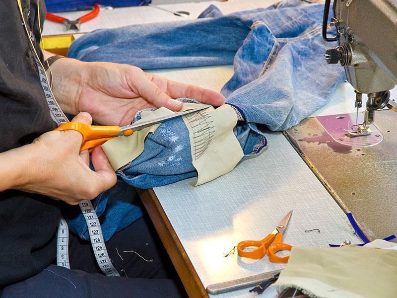 Как правильно подшить мужские брюки с помощью ленты?