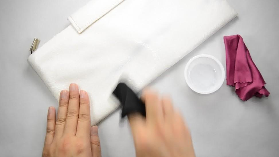 cc49b2bcb279 Как почистить белую кожаную сумку в домашних условиях быстро и эффективно?