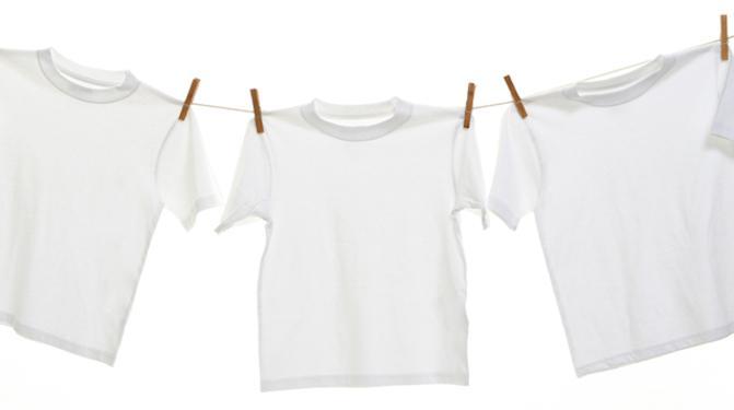 Как вывести желтые пятна с белой одежды, которая долго лежала?