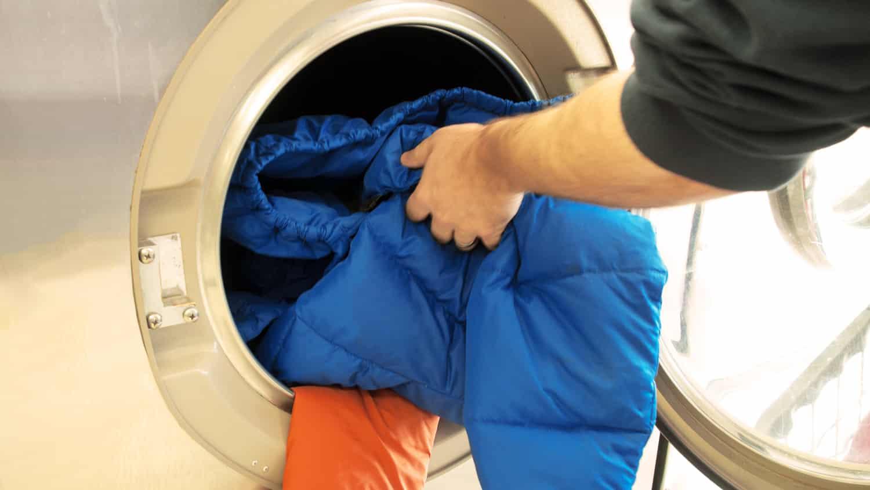 Как вывести жирное пятно с пуховика в домашних условиях?