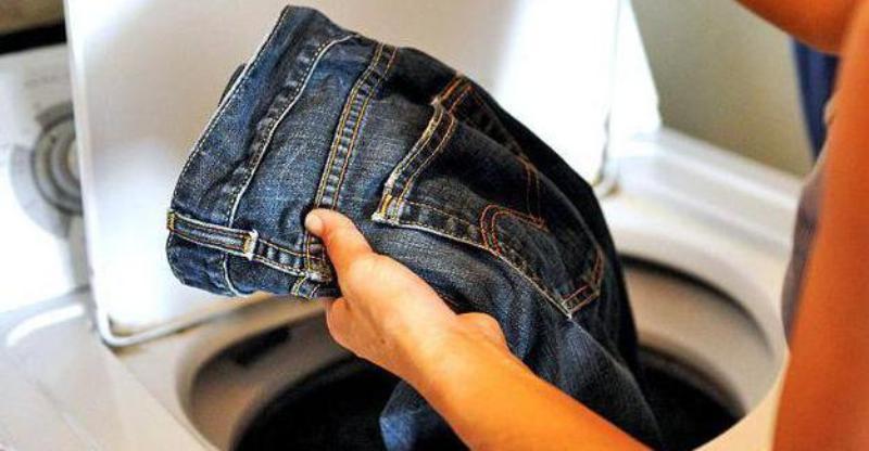 Как быстро высушить джинсы после стирки за 5 минут?