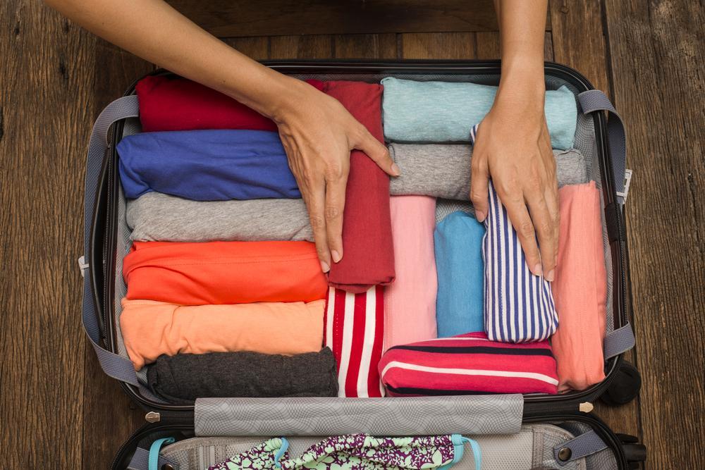 Как правильно упаковывать футболки в чемодан?