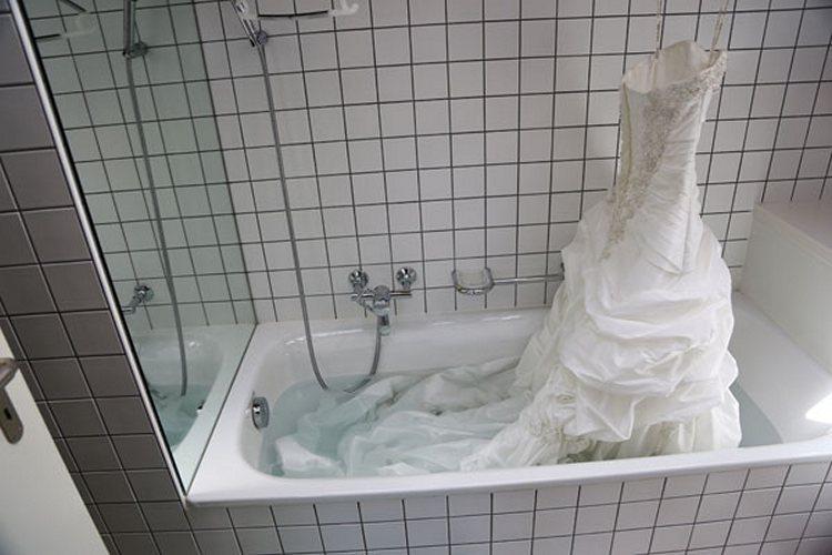 Стирка платья руками в ванной