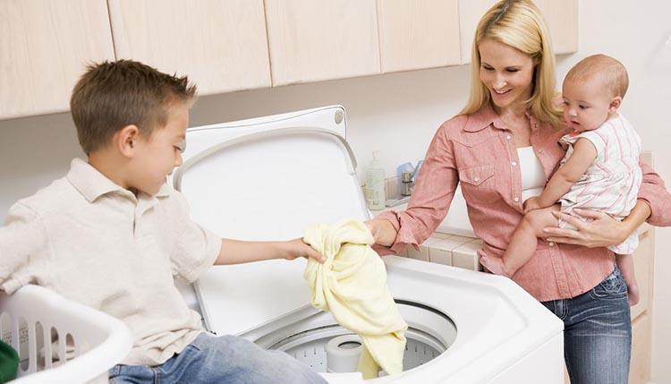 Как проводить машинную стирку детских вещей?