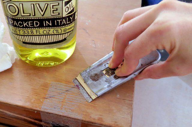Как убрать следы двухстороннего скотча с мебели?
