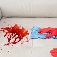 Чем отмыть кровь с дивана из ткани или кожи?
