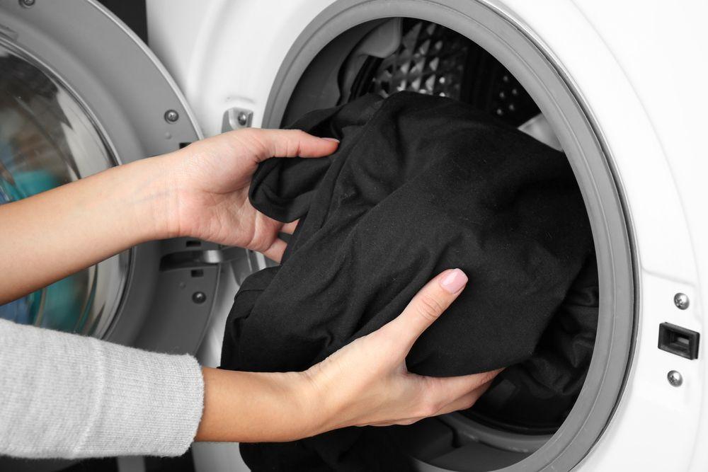 Как стирать черные вещи, чтобы они не потеряли цвет?