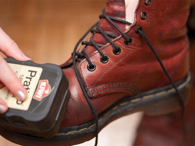 Нанесение крема на обувь