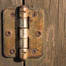 Чем смазать петли дверей дома, чтобы они не скрипели?