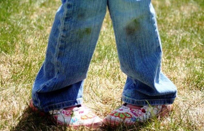 Как отстирать траву с джинсов и вывести от нее пятна?
