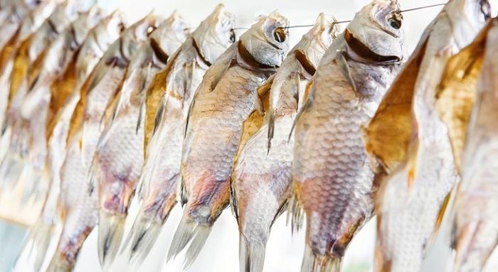 Идеальное время для вяления рыбы в домашних условиях — осень и весна.