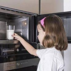 Можно ли греть обычное и грудное молоко в микроволновке?